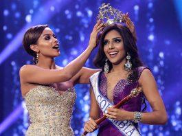 La Señorita Cartagena, Laura González, es coronada como la nueva Señorita Colombia, recibe la corona de su antecesora Andrea Tovar. (AFP)