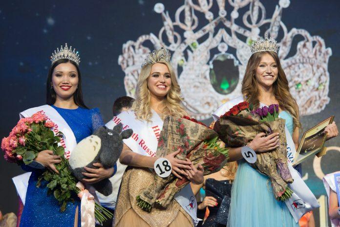 Miss Earth Russia 2018 Daria Kartyshova (center) with Krasa Rossii 2017 Alexandra Tsyrenova and Krasa Rossii 2018 Yana Voyt. (Photo by Artur Lebedev)